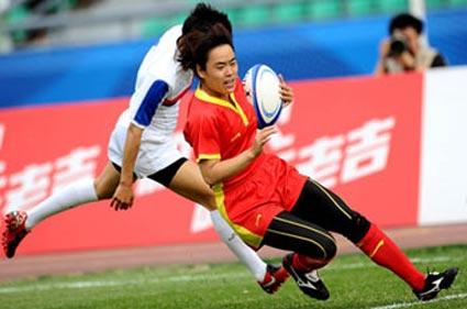 China's women's rugby sevens player Liu Yan runs circles around the Korean women's rugby team. Photo: Xinhua